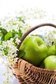 Pomme verte avec des fleurs — Photo