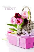 Pembe laleler ve hediye kutusu — Stok fotoğraf
