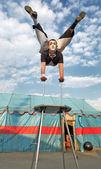 Acróbata de circo con un cuerpo de plástico ejecuta sus trucos — Foto de Stock