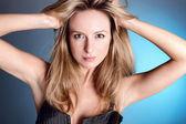 Sexuella blondin i en genomskinlig klänning poserar — Stockfoto