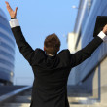 wolności - człowiek biznesu - rozpostartymi ramionami — Zdjęcie stockowe