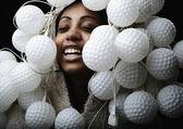 Portrait de femme africaine recouverte de luminaires en forme de boule pour un golf — Photo
