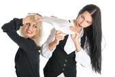 2 人の女性の喧嘩の論文 — ストック写真
