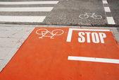 Orange fahrradweg mit einem stop-schild — Stockfoto