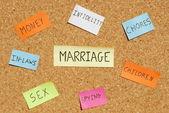 Palabras clave de matrimonio en un tablero de corcho colorido — Foto de Stock