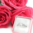 Engagement ring and roses — Stockfoto