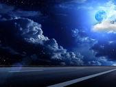 Měsíc obloze mraky road — Stock fotografie