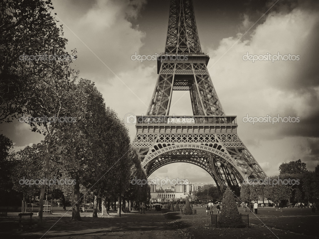 View of Eiffel Tower in Paris, France — Stock Photo #3520567