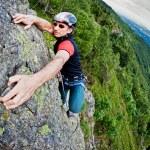 jeune homme blanc, un mur d'escalade — Photo