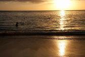 Tropische welle bei sonnenuntergang — Stockfoto