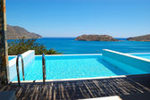 Poolen på luxury villa — Stockfoto