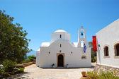 Iglesia ortodoxa en medio de resort, creta, grecia — Foto de Stock
