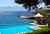 Swimming pool at luxury villa, Crete, Greece — Stockfoto