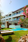 Solarium und swimming pool der luxus villa, kreta, griechenland — Stockfoto