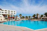 Piscina presso l'hotel di lusso moderno, Creta, Grecia — Foto Stock