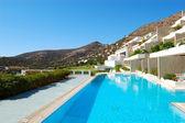 Piscine à l'hôtel de luxe moderne, crète, grèce — Photo