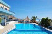 Piscina do hotel popular, creta, grécia — Fotografia Stock