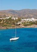 Yacht at the beach of luxury hotel, Crete, Greece — Stock Photo