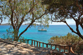 Recreation sail yacht at the beach of luxury hotel, Crete, Greec — Stock Photo