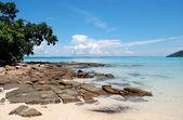 Chiara acqua turchese dell'oceano indiano vicino a isola di phi phi, thail — Foto Stock