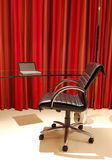 Interiér bytu s židlí, skleněný stůl a netbook — Stock fotografie