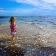 Girl and the sea. — Stock Photo