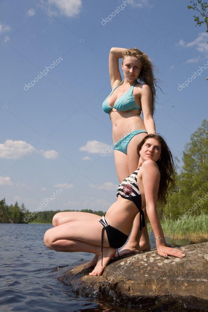 две девчонки на берегу озера