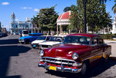Old cars and rotunda , Cuba — Stock Photo