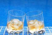 виски возле бассейна — Стоковое фото
