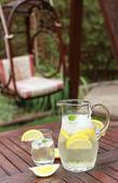 Кувшин и стакана свежего лимонада — Стоковое фото