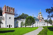 The Gate Church and the wall of the Novodevichy Convent — Stock Photo