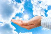 Solen bland de blå himmel och moln — Stockfoto