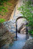 Arch avec les portails forgés sur un chemin de montagne — Photo