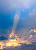 The sky on a decline and sun beams shine through clouds — Stock Photo