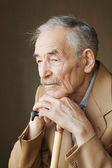 старый человек с усами в куртке — Стоковое фото