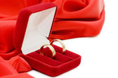 Red box with two gold wedding rings — ストック写真