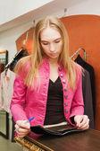 Dívka čte časopis v obchodě — Stock fotografie