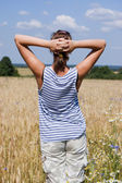 The girl in the field — Stock Photo
