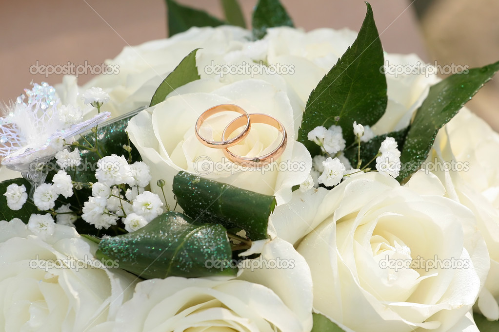 Gold rings on a bouquet of roses  Stock Photo #2961502