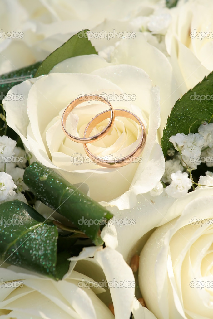 Gold rings on a bouquet of roses — Stock Photo #2961508