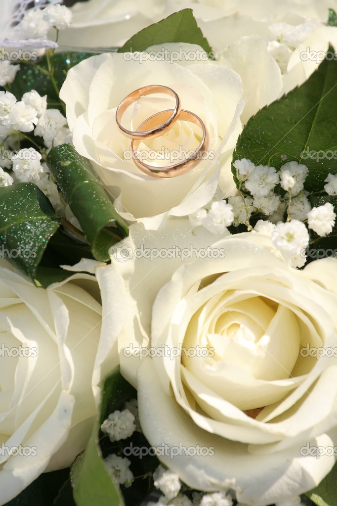 Gold rings on a bouquet of roses — Stock Photo #2961523