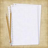Skolan kort med papper och pennor — Stockfoto