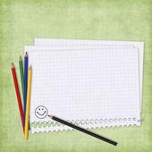 Szkoły kartę papier i kredki — Zdjęcie stockowe