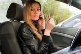 Kvinna i en bil — Stockfoto