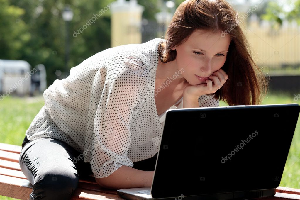 Pretty young woman with a laptop at park  — Stock Photo #3389525