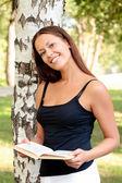读一本书的漂亮女孩 — 图库照片