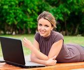 Jonge mooie vrouw met laptop — Stockfoto