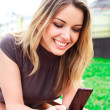 Young woman reads sms — Stockfoto