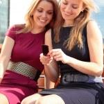 dwie dziewczyny uśmiechający się — Zdjęcie stockowe