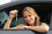 The happy woman showing the key of her new car — Foto Stock